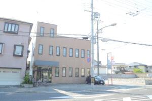 芳木会計事務所の外観です。車で県道を走っていると看板が見えます。