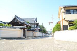 芳木会計事務所のすぐ近くにある、寺町筋やのこぎり横丁と呼ばれる通りです。姫路城の城下町として、風情ある街並みがうかがえます。